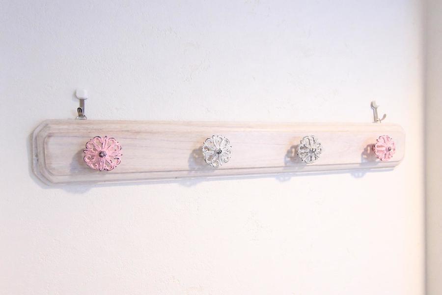 お花がキュートな壁掛けハンガー。さりげない可愛らしさがポイントです