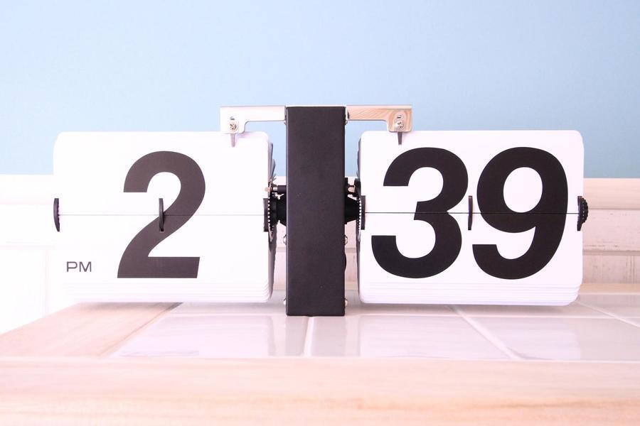 時計はレトロなフリップクロック。優しい色合いの中でぴりりとしたアクセントに