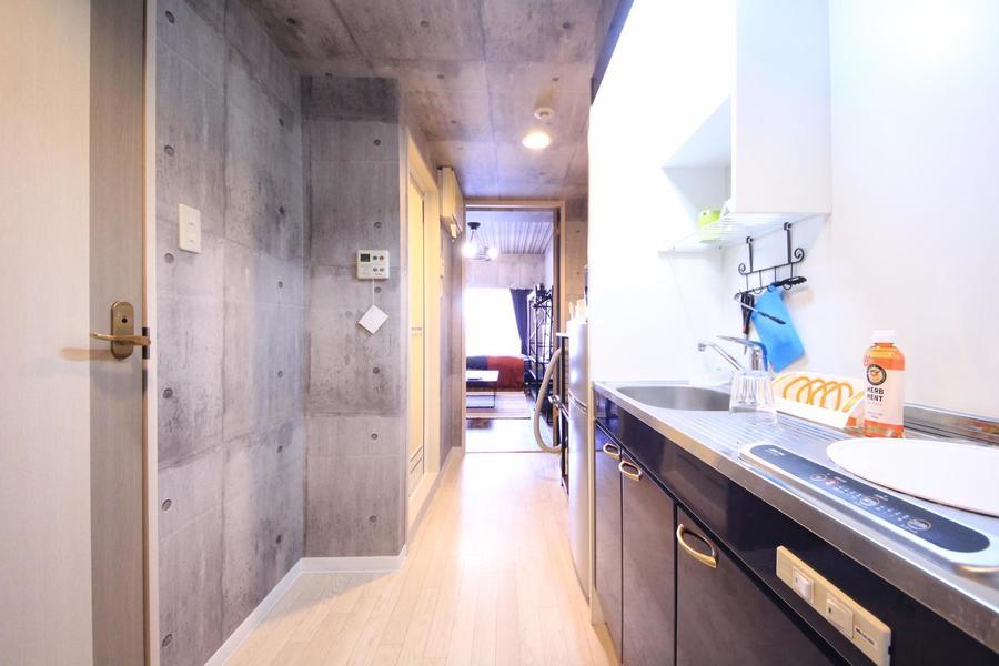 玄関周辺もコンクリート調にリノベーション。お部屋とはまた違う雰囲気です