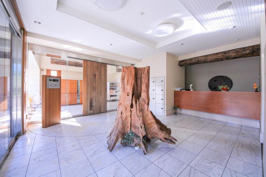 エントランスフロアの中心には枯木のオブジェ。大型で目を引きます