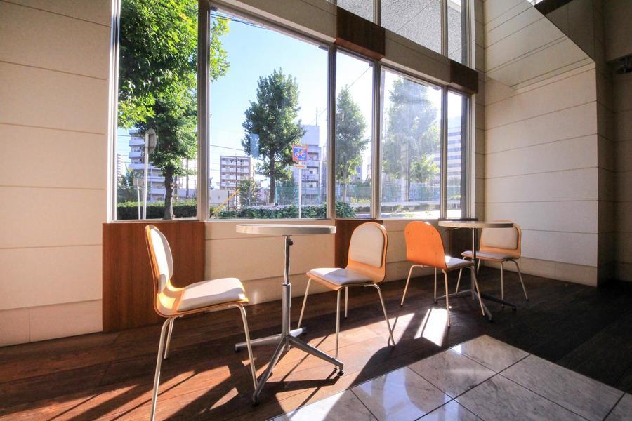 大きな窓から日差しが降り注ぐテーブルコーナー