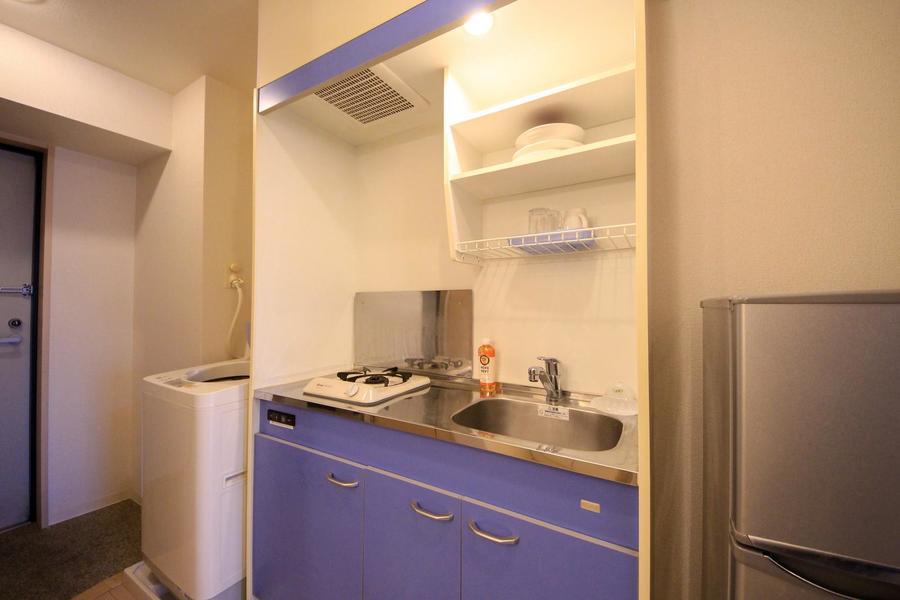 キッチンはコンパクトタイプ。安心火力のガスコンロタイプです