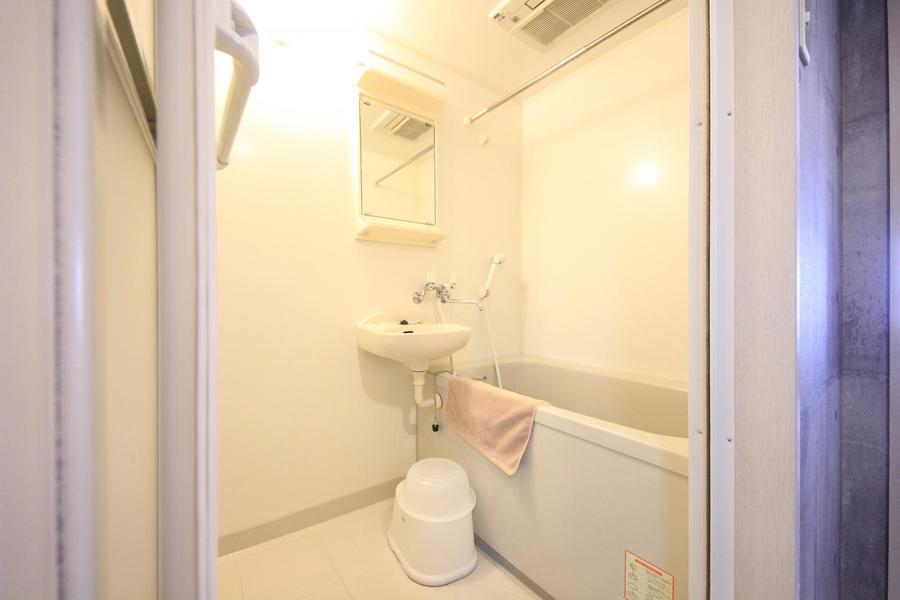 清潔感のあるバスルーム。雨の日も安心の浴室乾燥機能つきです