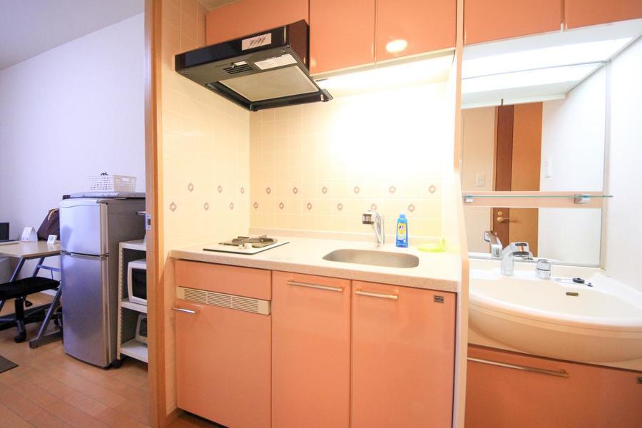 キッチンはコンパクトながら作業スペースも充分! 簡単なお料理もOKです