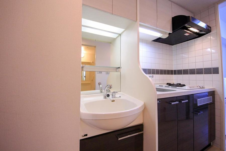 キッチンの隣には洗面台。大きな鏡が特徴です