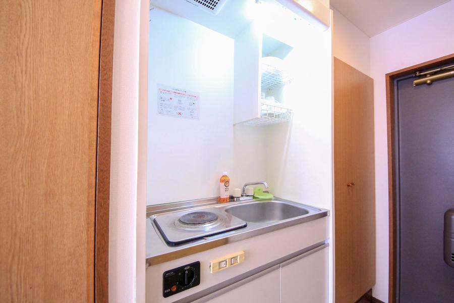 キッチンはシンプル&コンパクト。便利な吊り棚付きです