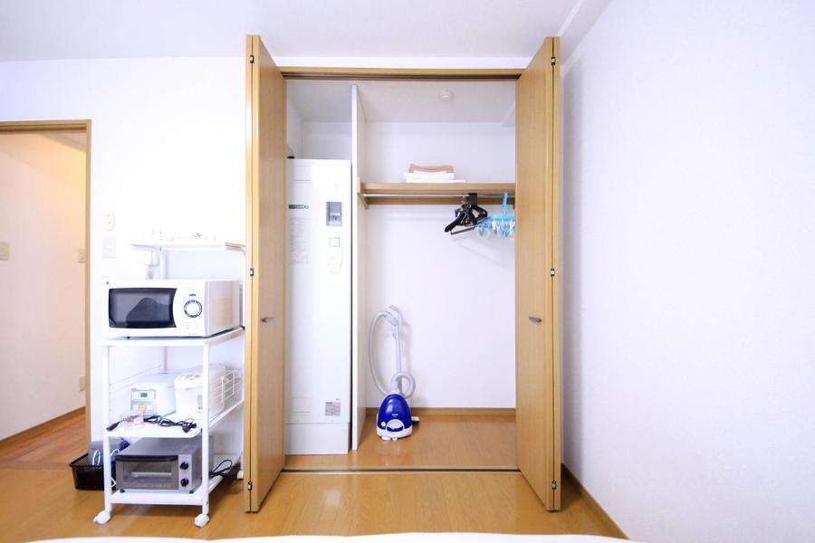 クローゼットは天井まで届く高さ。衣類や荷物もすっきり収まります