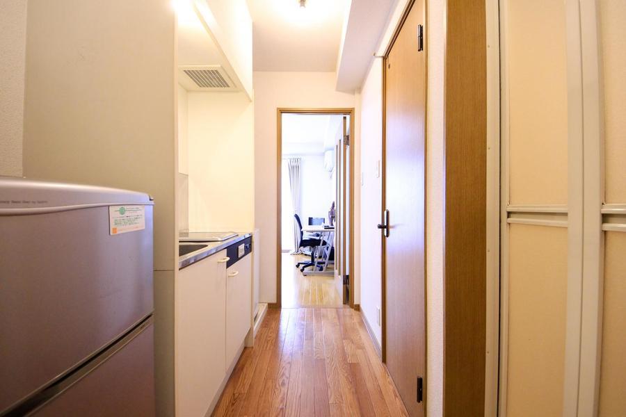 廊下もお部屋と同じフローリングタイプ。少し暗めの色合いでシックに