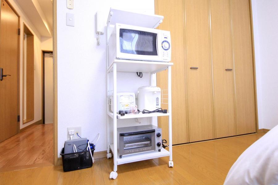 キッチン家電は使いやすくラックにひとまとめ。移動も可能です