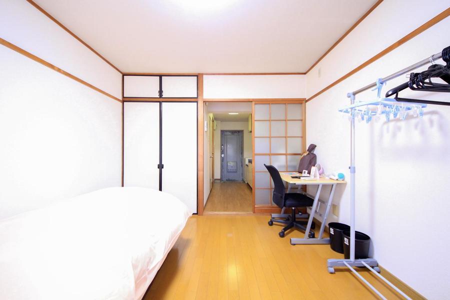 仕切り扉はレトロな雰囲気漂う磨りガラス扉。廊下まで光が取り込めます