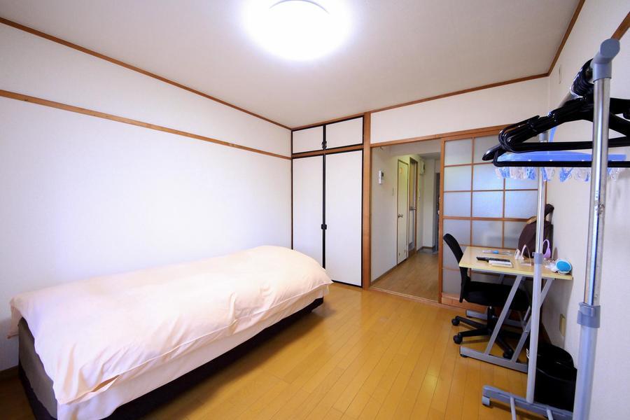 ベッドを置いてもゆとりある広さ。2名様でのご利用にも最適です