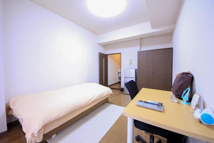 フローリング敷きのシンプルなお部屋。天井も高く開放的!