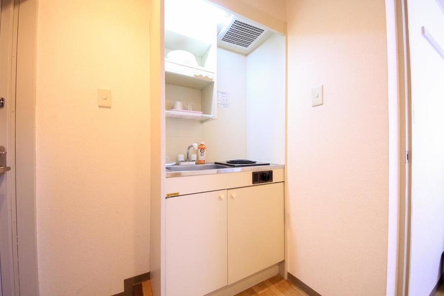 キッチンはシンプルでコンパクト。食器やお鍋などもご用意しています