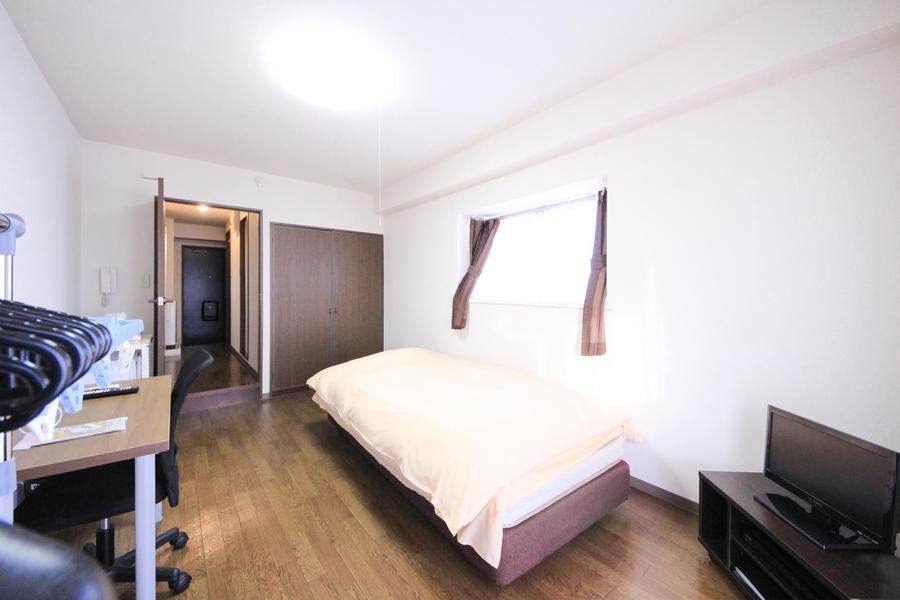 8帖のお部屋はゆとりたっぷり。天井も高くのんびりお過ごしいただけます