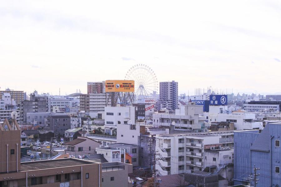 名古屋港水族館方面も一望。夜は観覧車のライトアップが見られますよ