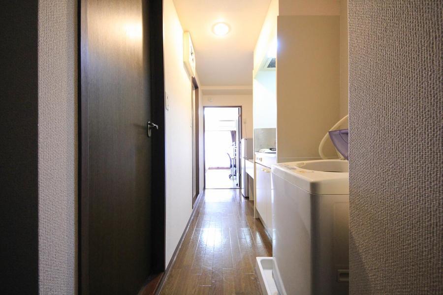 廊下は室内同様ダークカラーを基調とし、落ち着いた雰囲気
