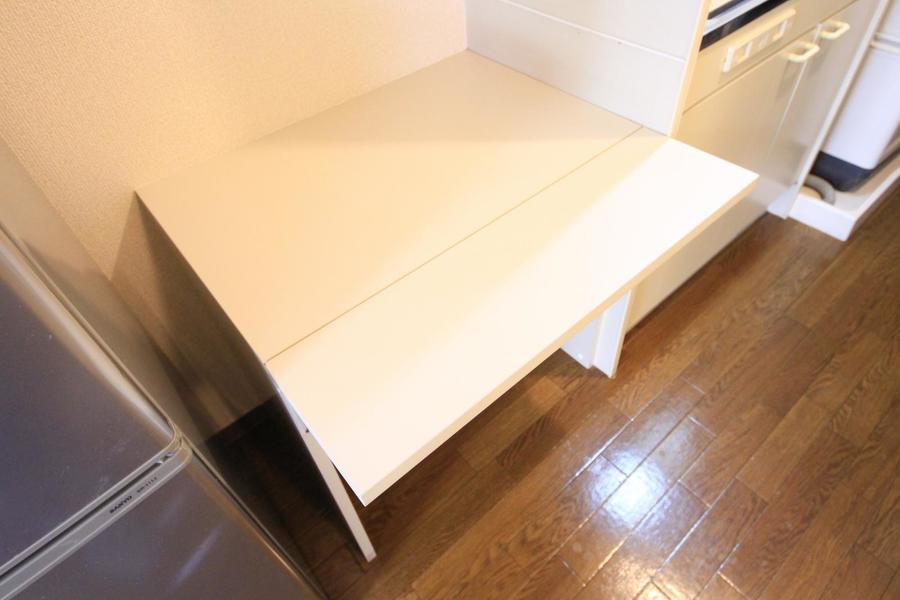 キッチン横にはサイドテーブルが設置。作業スペースとしてもお使いいただけます