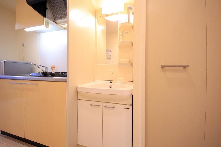 縦長の鏡が特徴の洗面台。独立タイプで使いやすさ抜群!