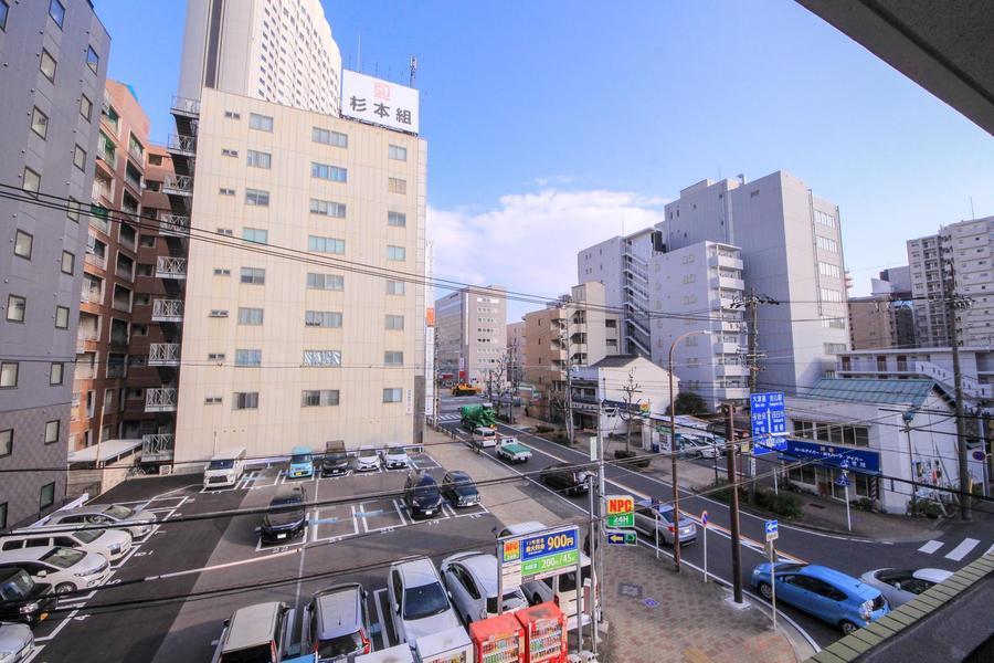周囲は隣接する建物も少なく、視界もすっきりと開けています