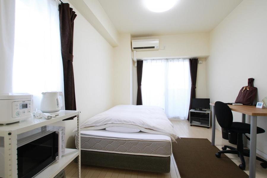 白を基調としたお部屋。窓も大きく採光もばっちりです