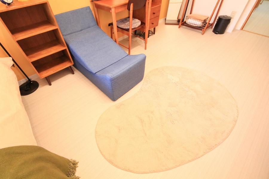 ソファは座椅子にもなる2wayタイプ。毛足の長いラグがふんわり足元を包みます