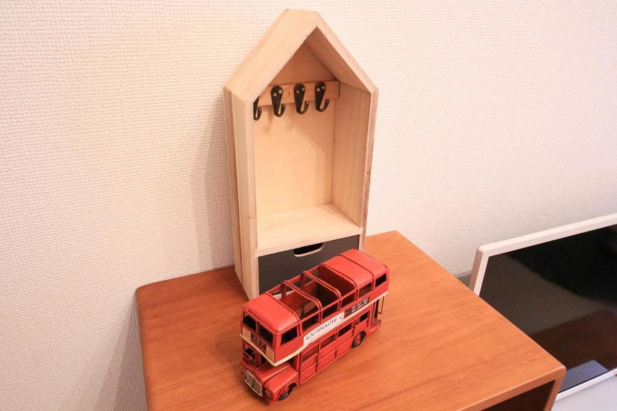 三角屋根の小物置きとダブルデッカーバスのおもちゃ。ちいさな街を思わせます