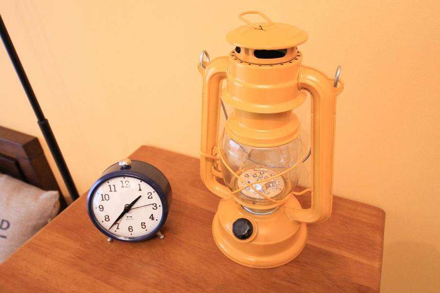 時計はシンプルなものをセレクト。ランタン風ランプもポイントです
