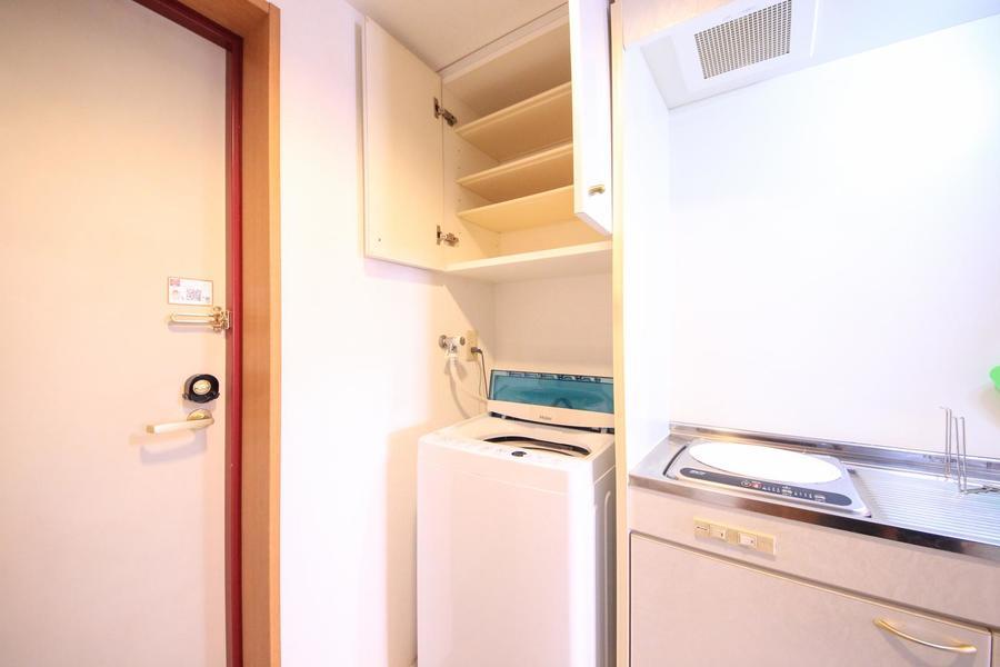 洗濯機上には小物置き場。洗剤のストックなどもすっきり収納