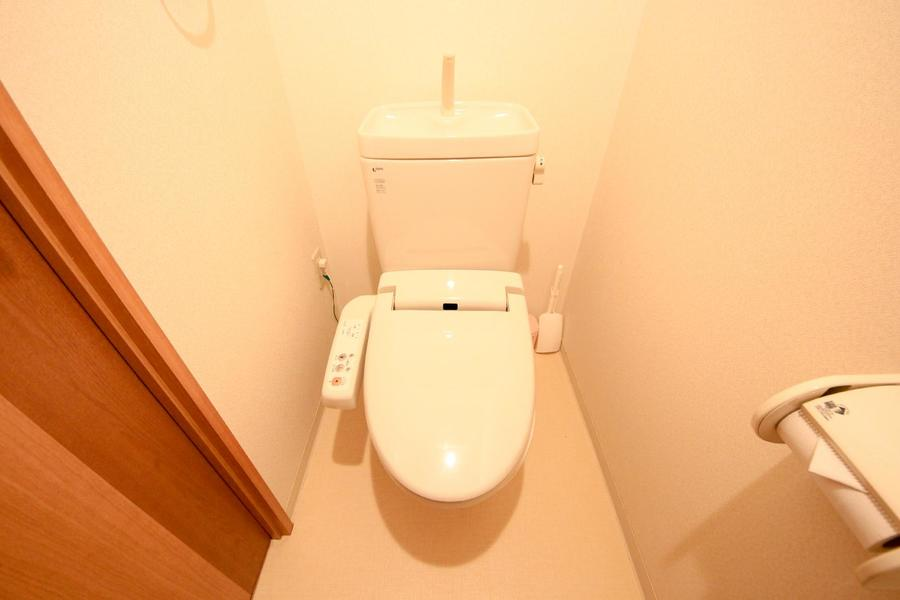 お手洗いは人気のシャワートイレタイプ。独立タイプで衛生面も安心