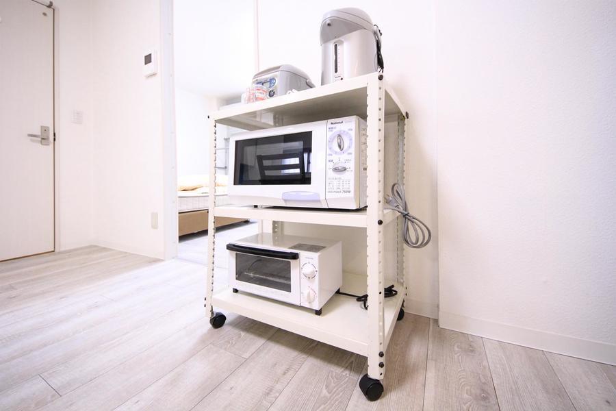 電子レンジ、炊飯器などの家電類は可動式ラックに集約。移動も可能です