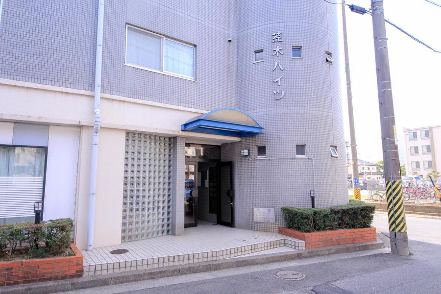 建物入口はシンプルなつくり。植え込みの緑が鮮やかです
