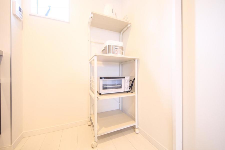 キッチンラックはキャスタータイプ。お好きな場所に移動可能です