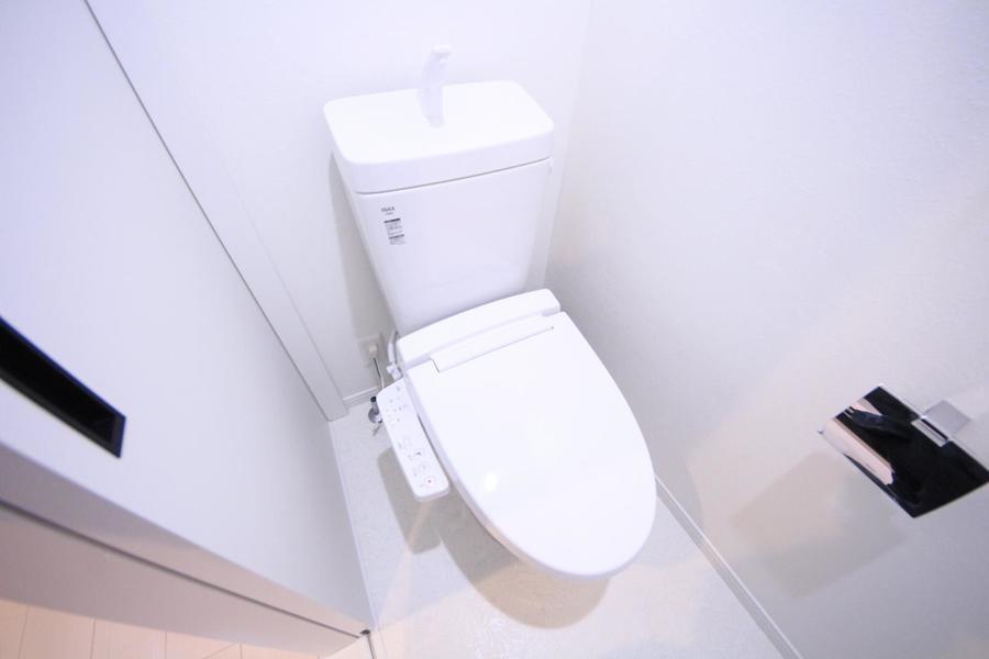 ホワイトでまとめられたお手洗いは清潔感抜群