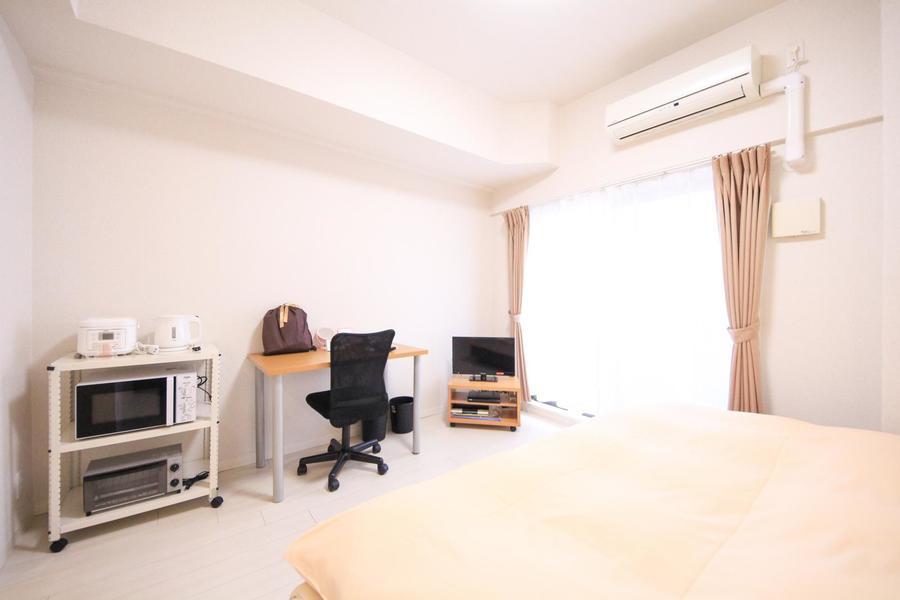 淡い色合いでまとめられたお部屋はシンプルで清潔感があります