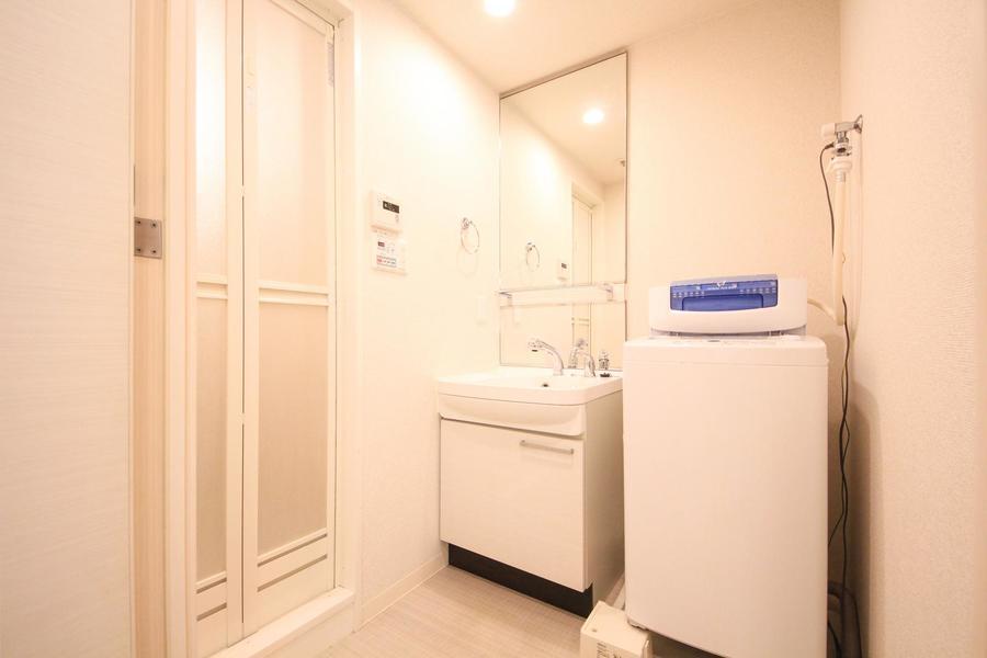 大きな鏡が目を引く洗面台スペース。身だしなみチェックもバッチリ