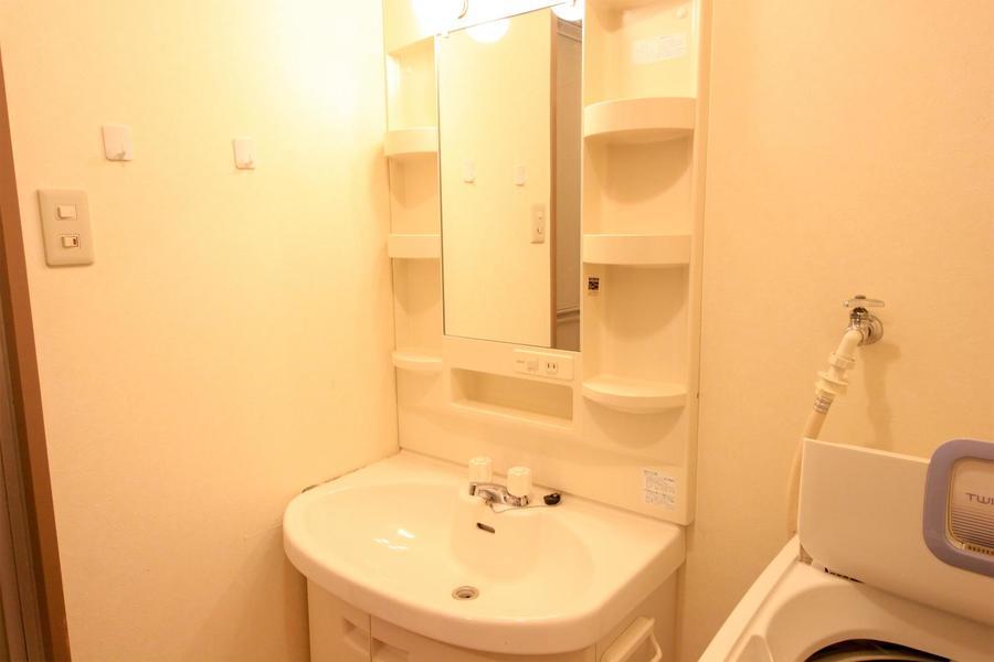 洗面台は独立タイプ。小物収納棚も充実しています