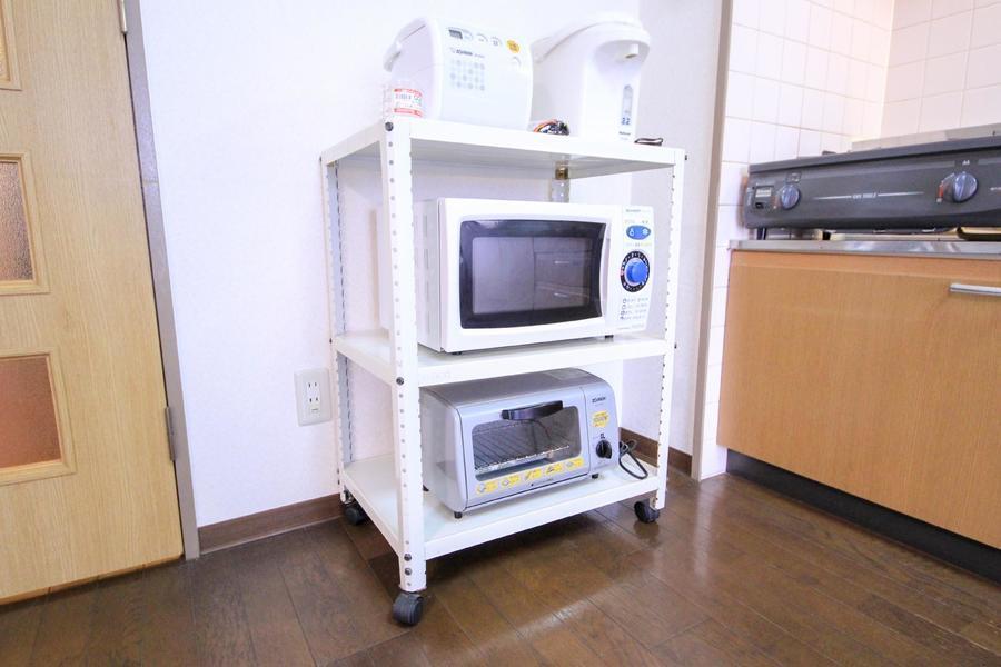 電子レンジやトースターなどの家電類はワゴンに集約し移動可能に