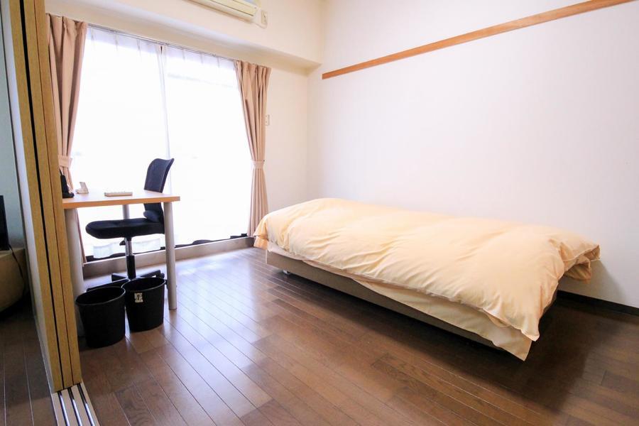 リビング隣の洋室はベッドとデスクセットを設置