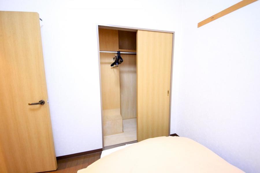 お部屋には小型のクローゼットを完備。お荷物もすっきり片付きます