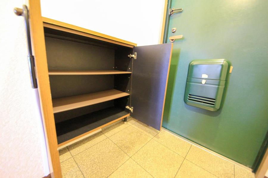 玄関には小型のシューズボックスを完備