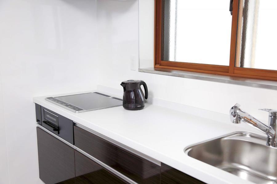 左右にすらりと広がるシステムキッチン。二人並んでお料理もできちゃいます