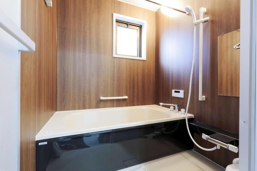 手足を伸ばしてゆったりと浸かれるバスルーム。追い焚き・浴室乾燥機能付きです
