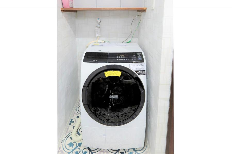 洗濯機はドラム形。乾燥機能つきでいつでも天日干ししたような気持ちよさ!