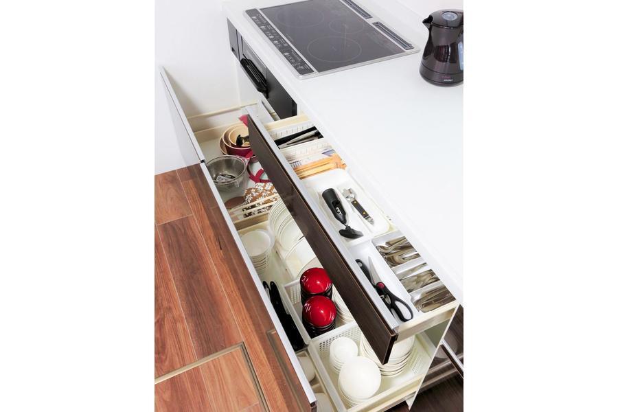 キッチン下には食器やキッチン小物など充実のラインナップ!