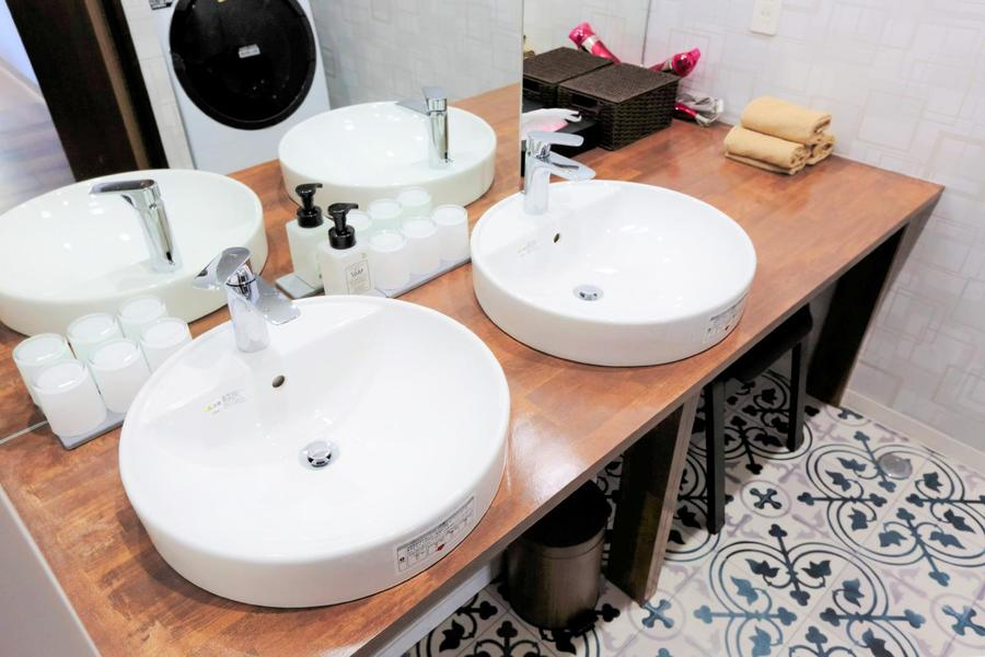 オリエンタルなタイルがかわいい洗面コーナー。丸い洗面台がキュート!
