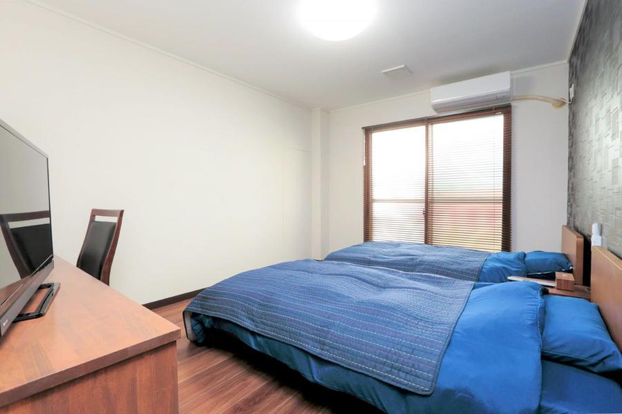ベッドルームは3室。リネン類は安眠効果が高いと言われるブルーを採用