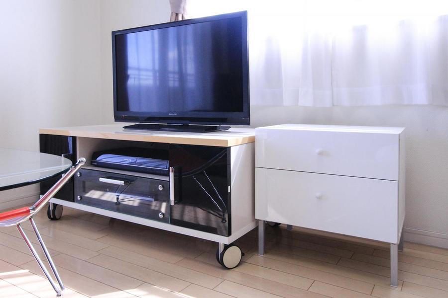 テレビ下にはDVDレコーダーがセット。休日はテレビ鑑賞もいいですね