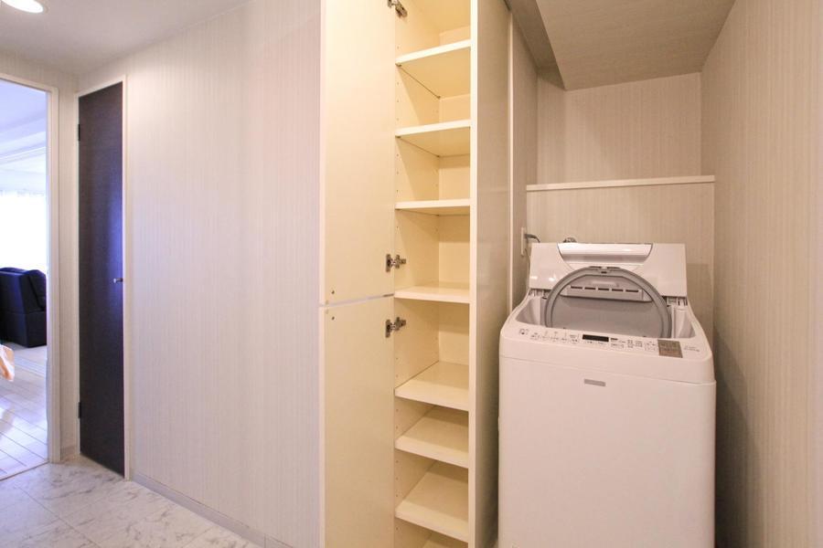 洗面台の向かいには洗濯機。周辺には収納もたっぷり!
