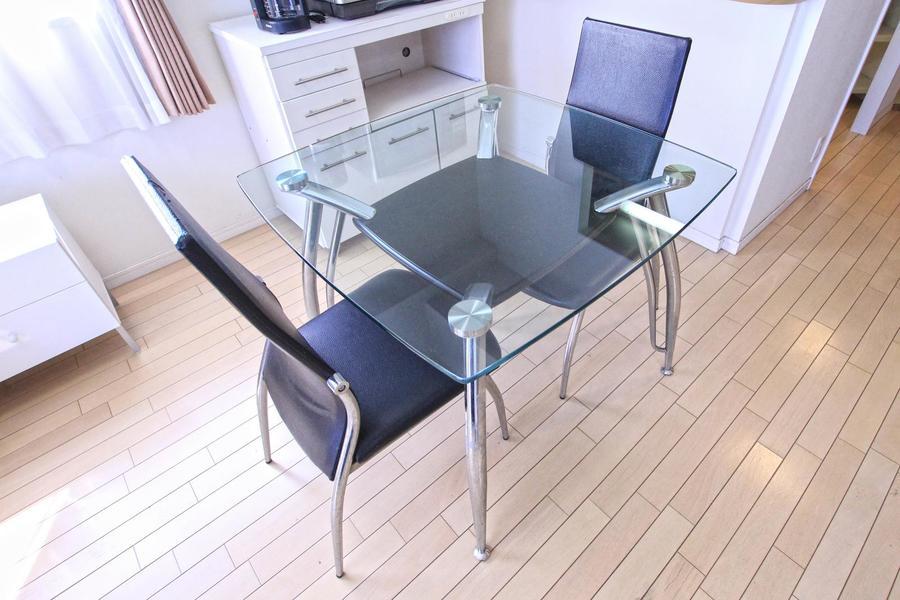 ダイニングテーブルはスタイリッシュなガラステーブルを採用