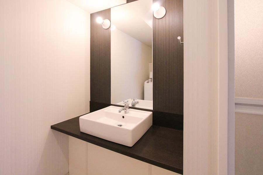 天井まで届く大きな鏡はおしゃれなサロンを思わせます
